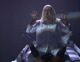 "Quand Sia invite Lena Dunham à refaire son clip ""Chandelier"" au Late Night"