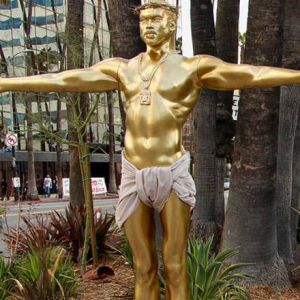 La statue dorée de Kanye West, sur Hollywood Bd