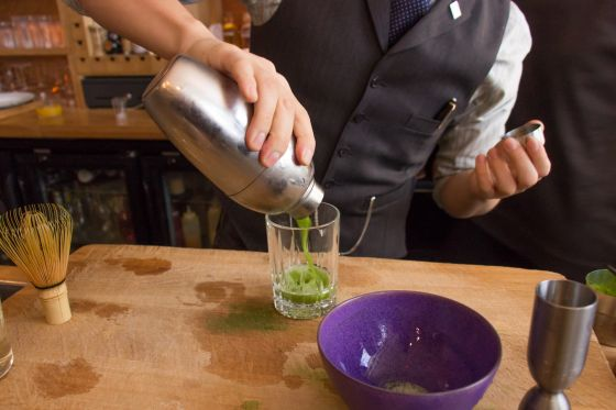 La préparation du cocktail Kaikan Green de Shingo Gokan