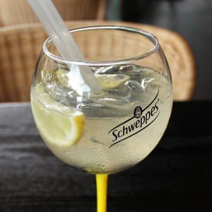 Le pop-up Schweppes sur la terrasse du Drugstore - Photo 7