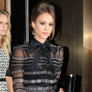 "Un look transparent version ""working girl"" comme Jessica Alba"